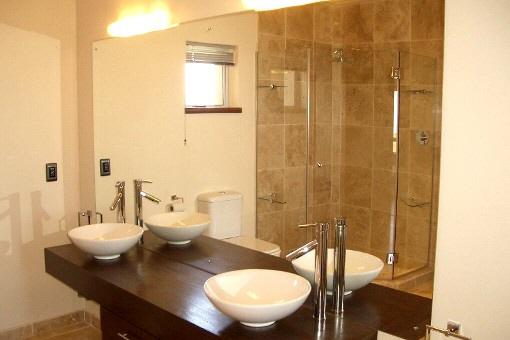 Modernes Badezimmer mit zwei Waschbecken