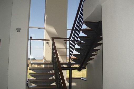 Treppenaufgang mit hohen Fenstern