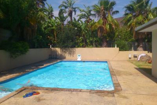 Enjoy life in South Africa in this cozy house with 4 bedrooms and huge pool