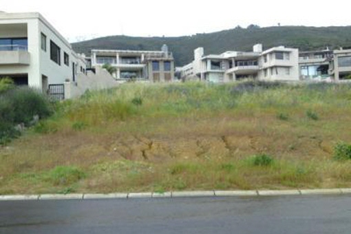 Huge vacant plot of 970 m² suitable for house construction